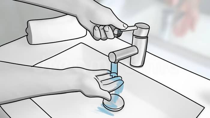 se rincer les doigts à l'eau froide