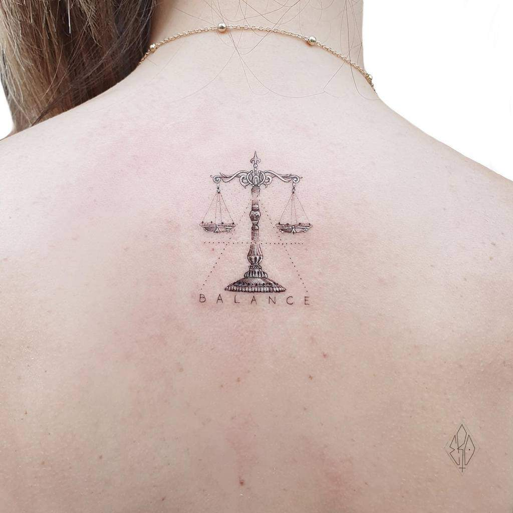 Tatouage du petit dos pour les femmes Ero11tattoo