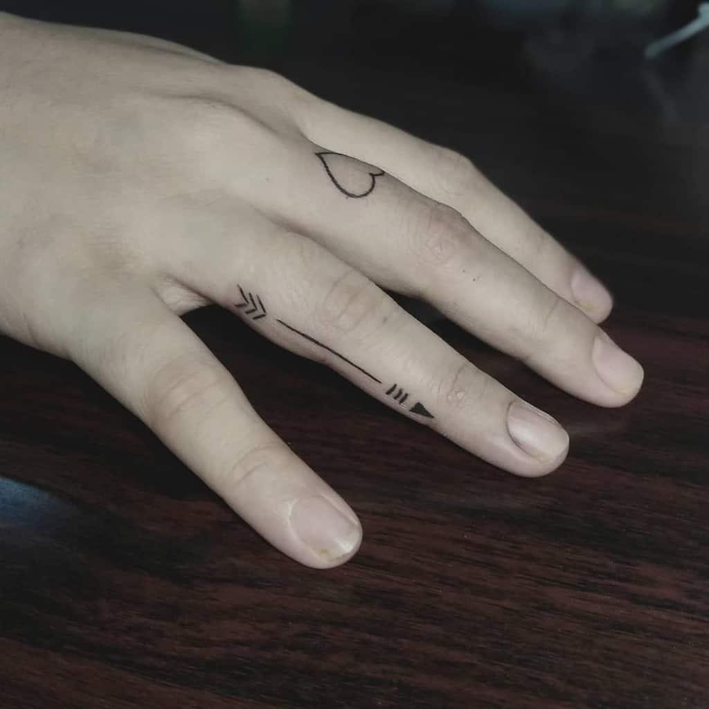 Tatouage de doigts de petites mains pour femmes 2 Ferdinandcalabontattoos