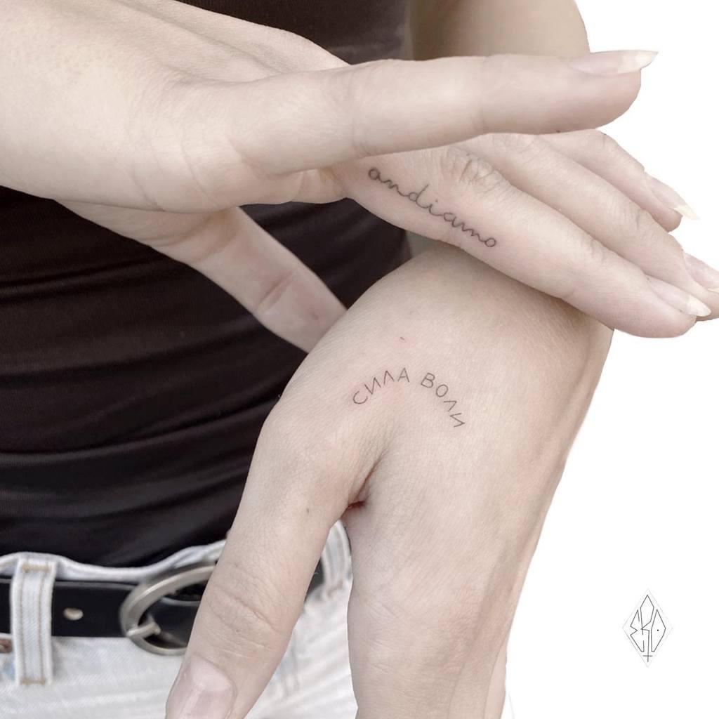 Tatouage de petites mains pour femmes Ero11tattoo