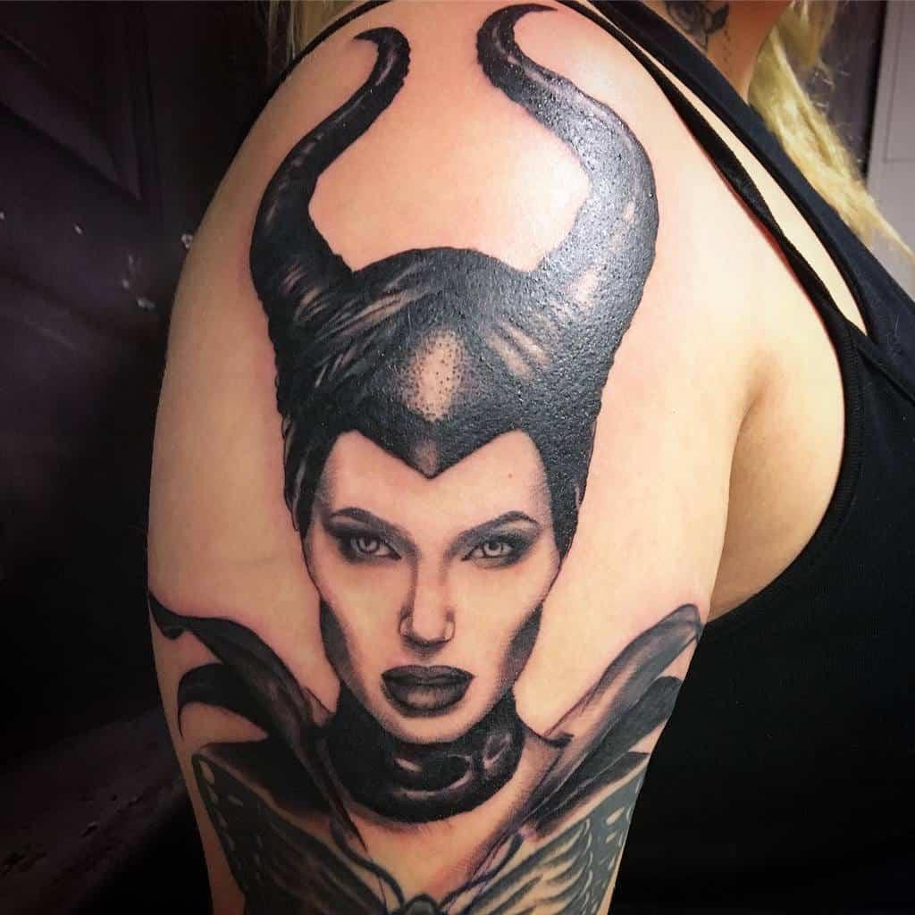 Tatouages maléfiques sur les manches Janita Mikaela