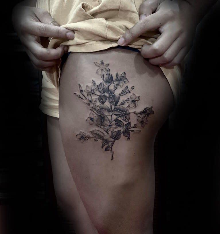Tatouages de cuisses en fleurs de jasmin Calvin Larena