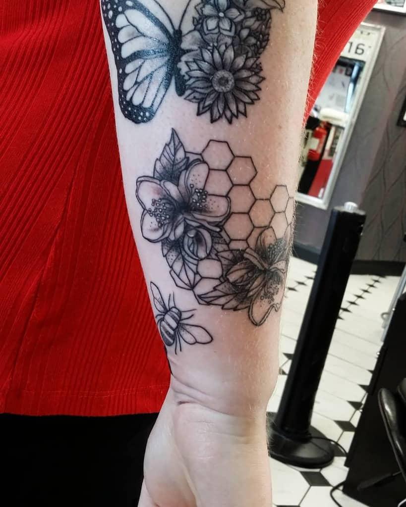 Tatouages de fleurs de jasmin sur l'avant-bras Niy au Mandala Tattoo