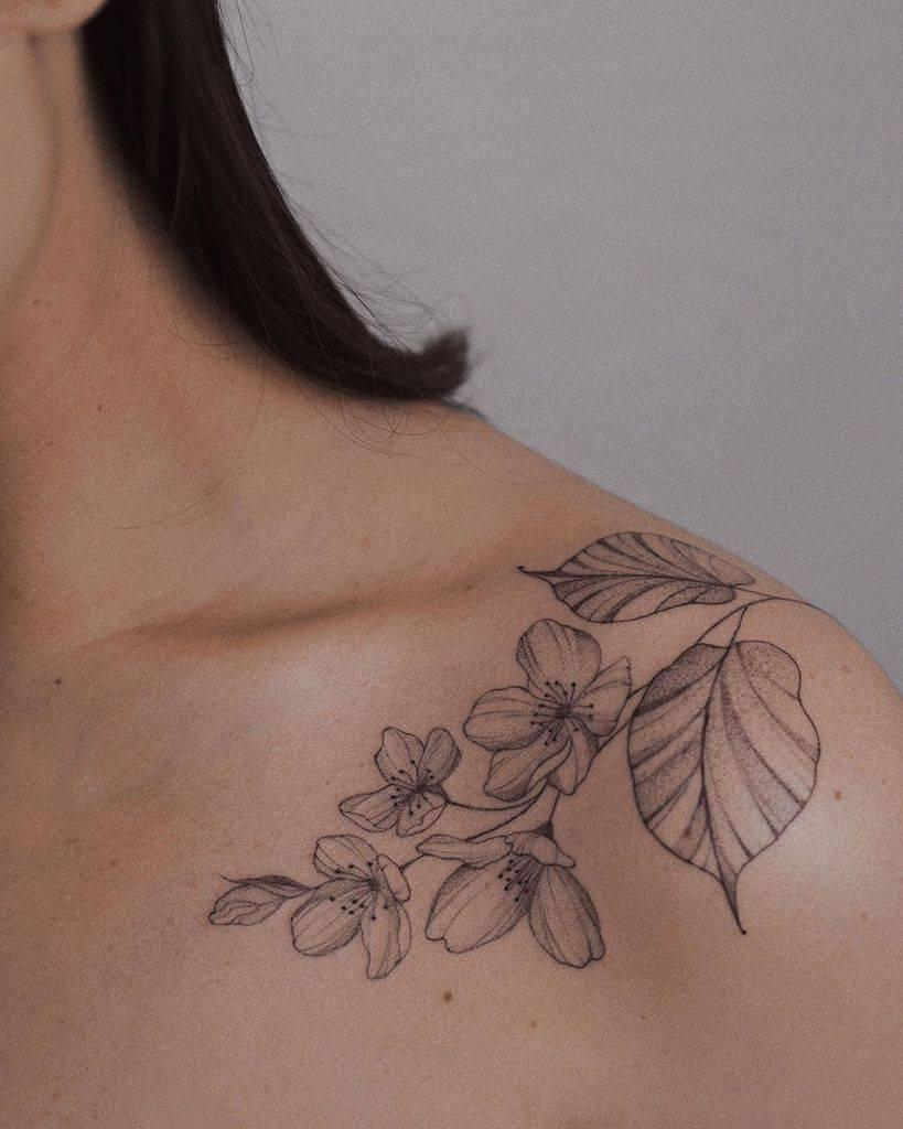 tatouages de fleurs de jasmin sur l'épaule sashathelittle