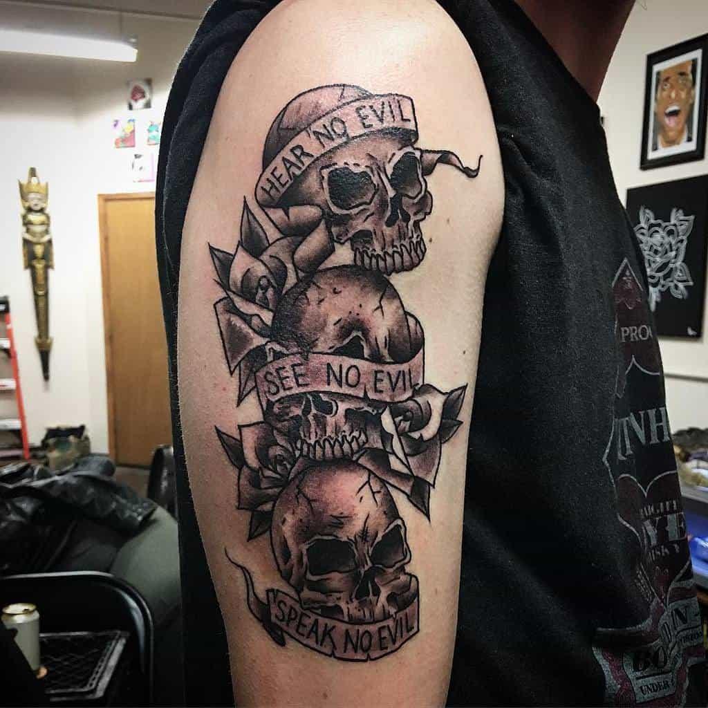 Blackwork N'entend pas le mal Ne voit pas le mal Ne parle pas le mal Tatouages Tex Cheshier