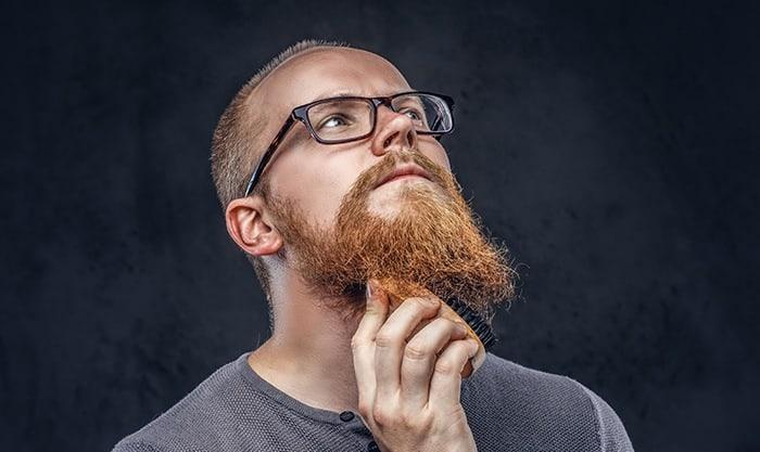 homme utilisant une brosse à barbe