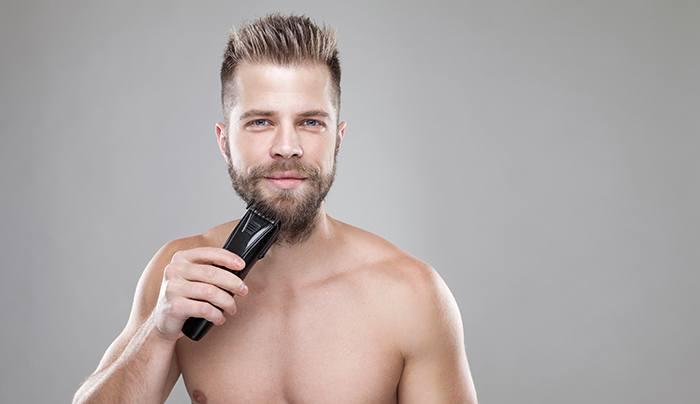 homme se taillant la barbe