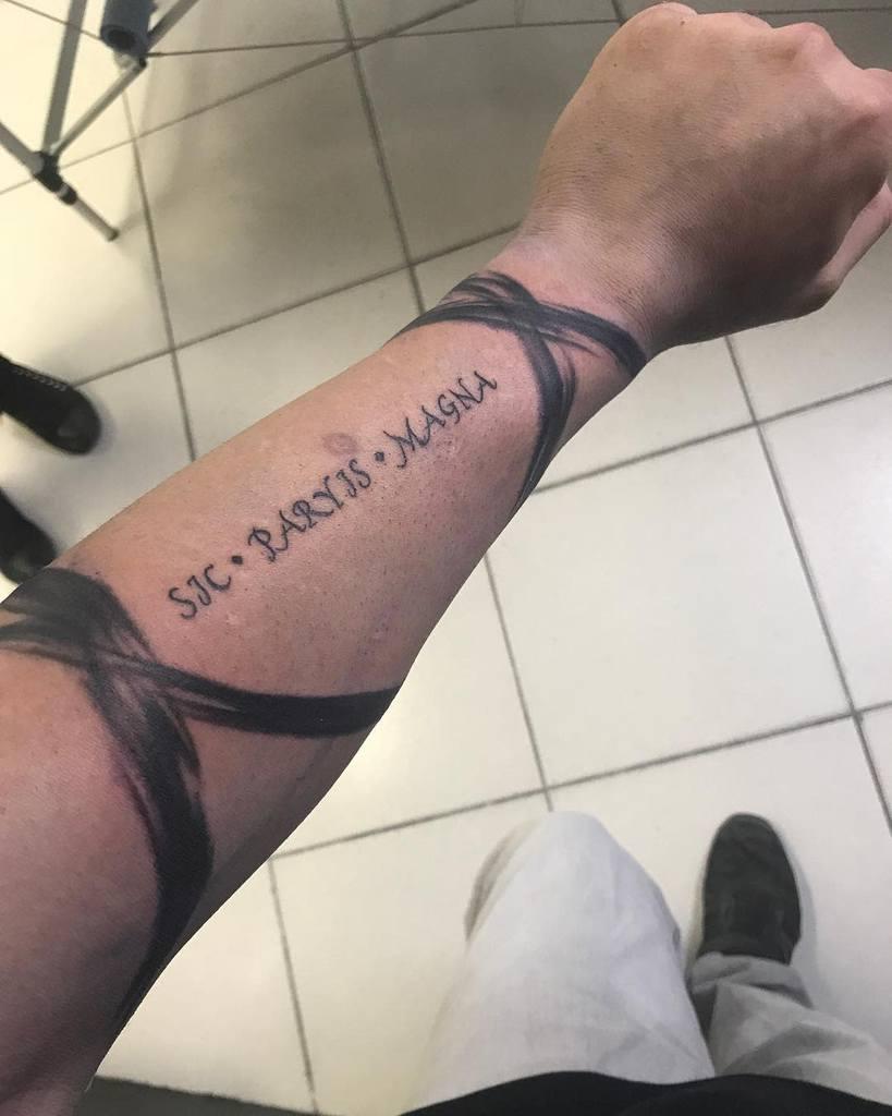 Tatouages Blackwork Sic Parvis Magna Légendaire