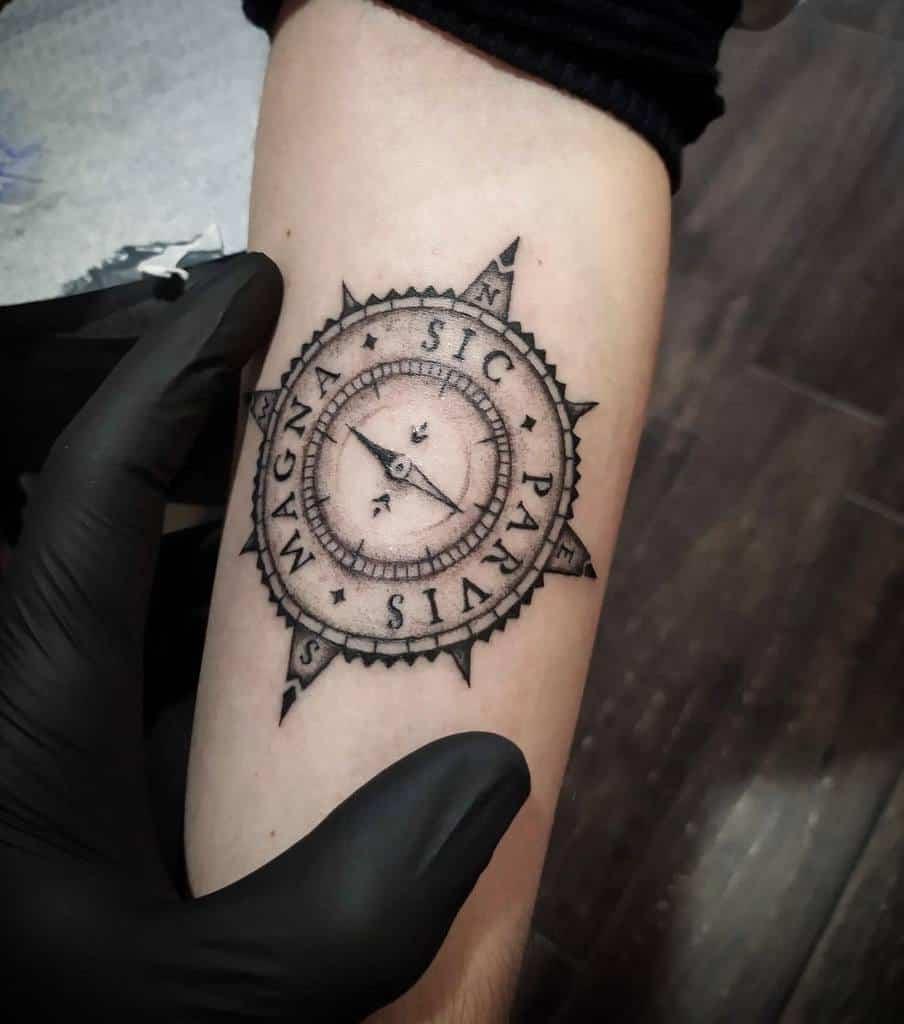 Tatouages Compass Sic Parvis Magna Arrigooldtattooer