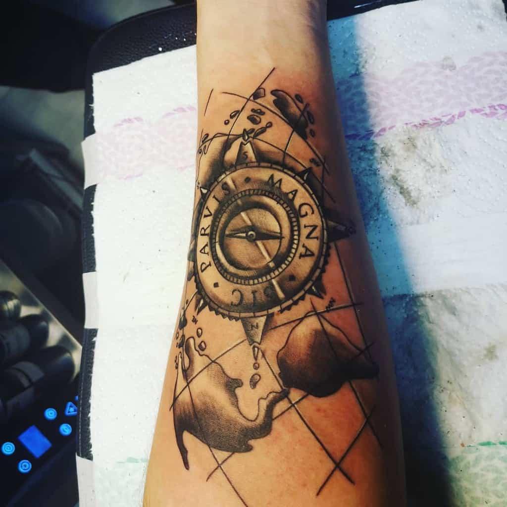 Tatouages Sic Parvis Magna de l'avant-bras Martin Hudo