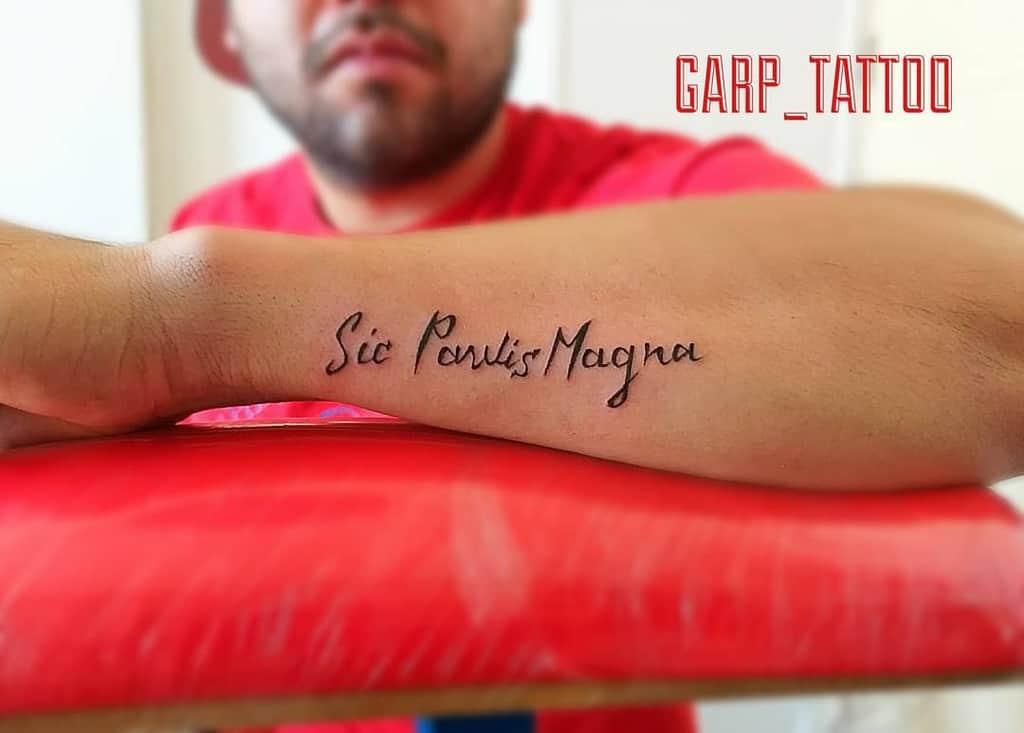 Tatouage de l'avant-bras Sic Parvis Magna Tatouage de l'orge