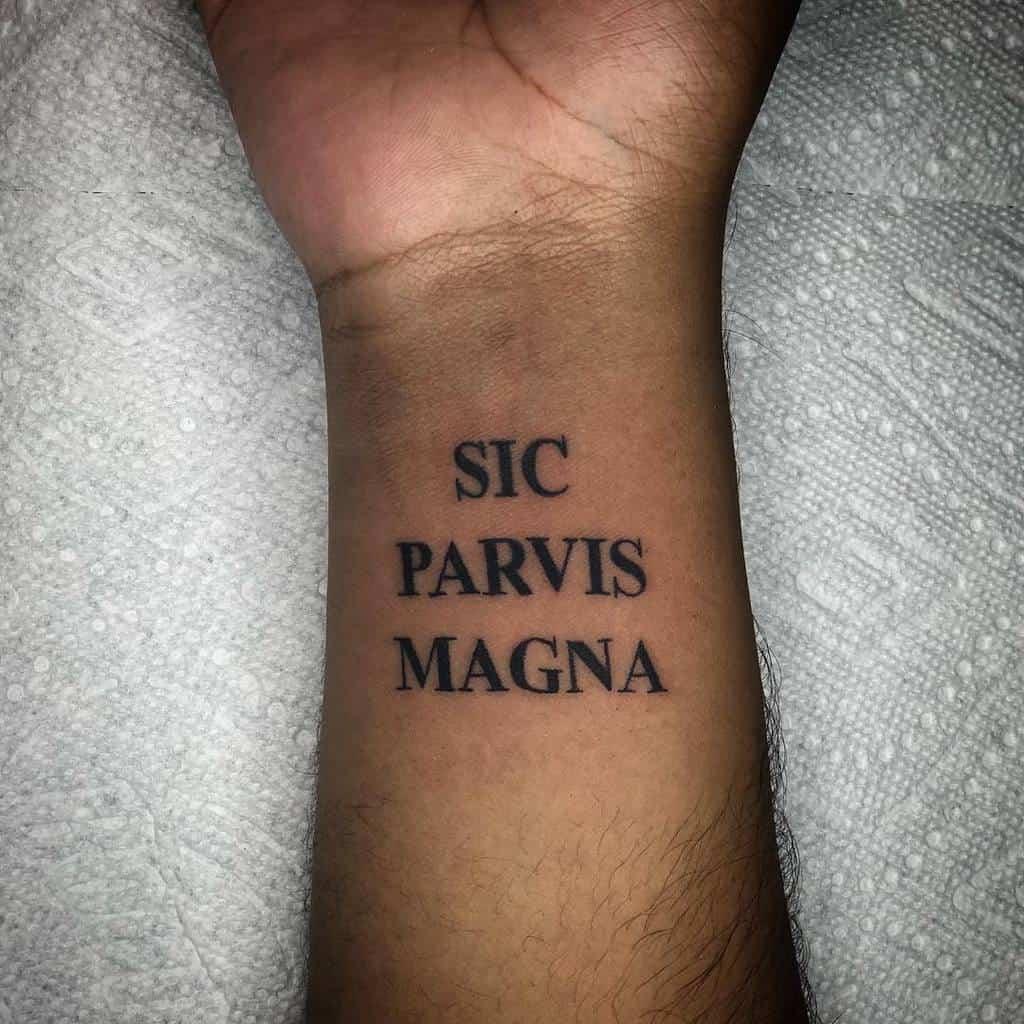 Tatouage du poignet Sic Parvis Magna Tatouage Leehamilton