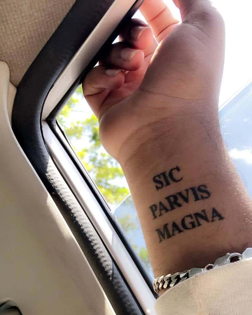Tatouages du poignet Sic Parvis Magna D Rez 3739
