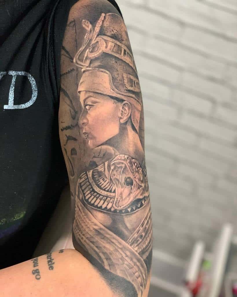 Tatouages de Néfertiti sur les manches de Miss Isab