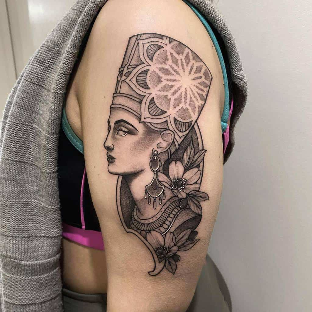 Tatouages Amytoddtattoo de Nefertiti sur les manches