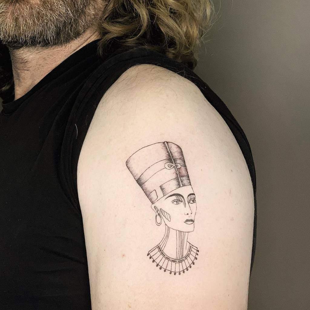 Tatouages minimalistes Nefertiti Rotem.art.tattoo