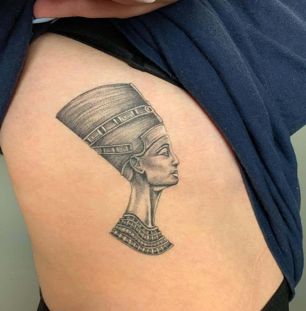 Tatouages de Nefertiti Blackwork Lozzarachtattooer