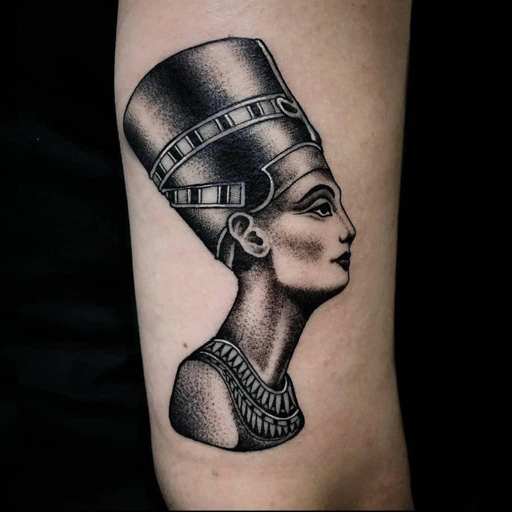 Tatouages en points Nefertiti Daniibenedetti