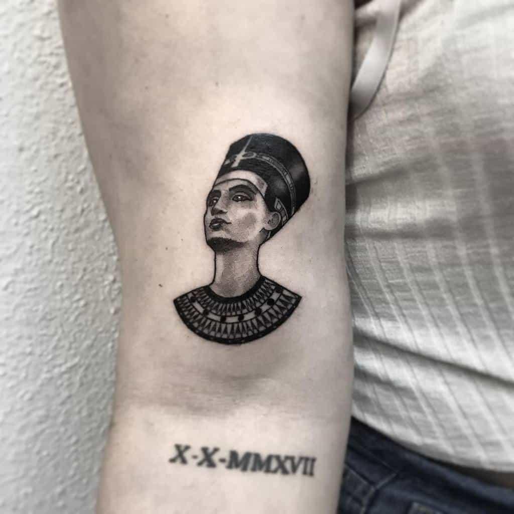 Tatouages de Néfertiti Blackwork Johniertattoo