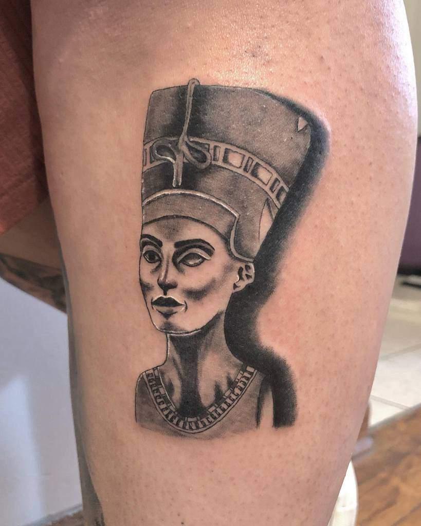 Tatouages Nefertiti ombragés Claris.tattoo