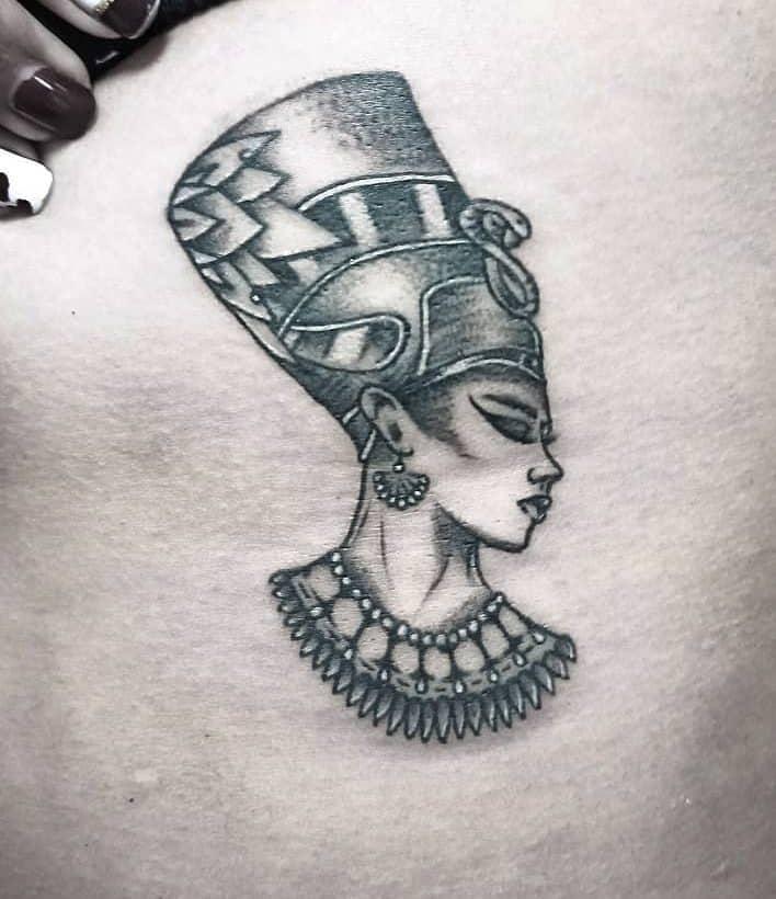 Tatouages latéraux Nefertiti Yabytattoo