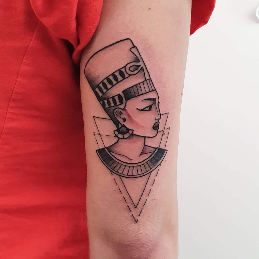 Tatouages simples de Néfertiti Stella.echo