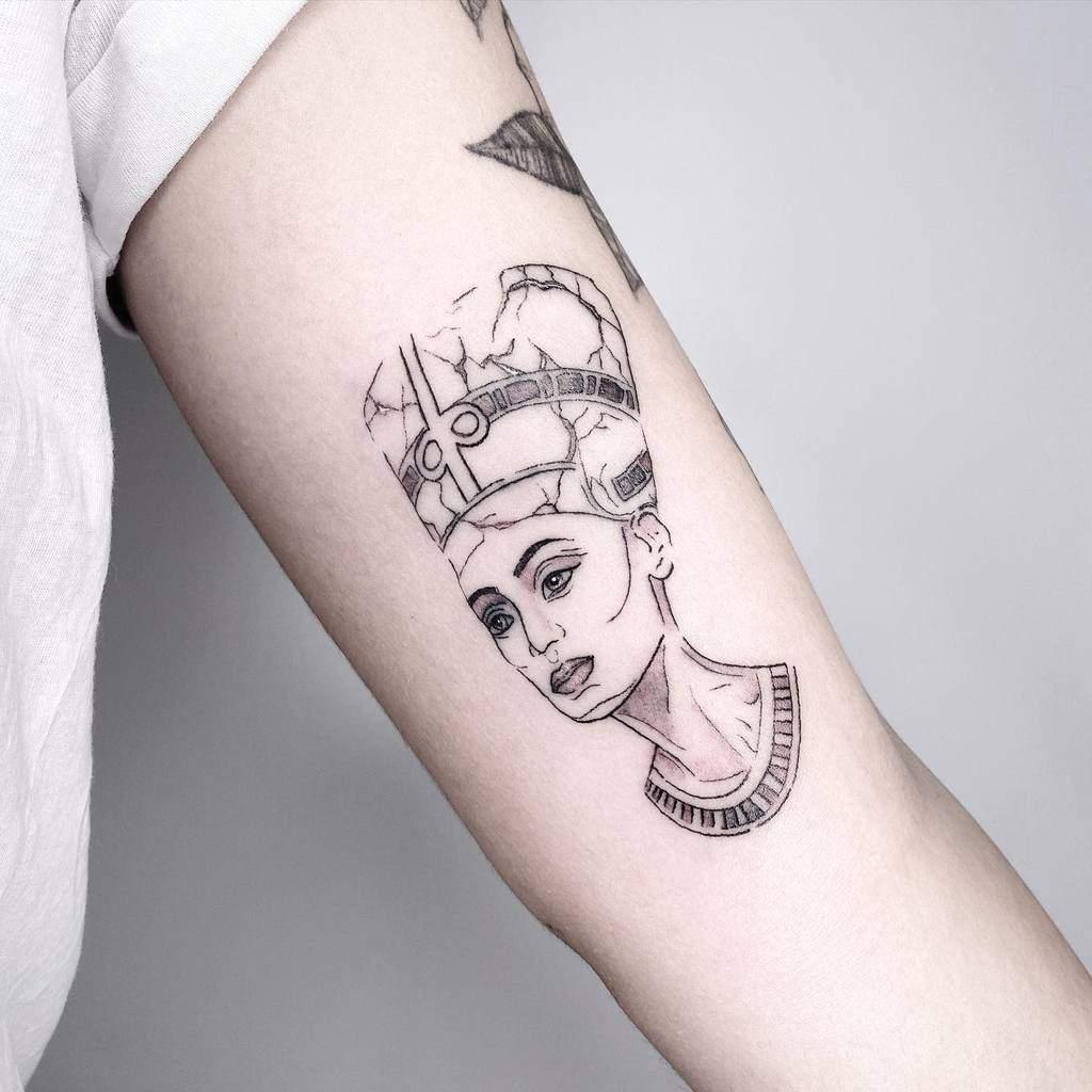 Tatouages simples de Nefertiti Marielelbaz.tattoos