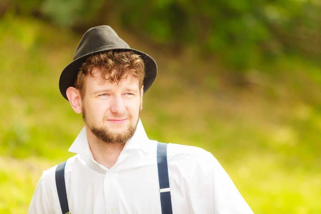 Portrait de jeune homme de style rétro en extérieur