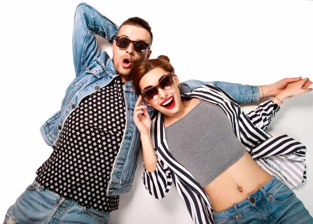 Un couple de fashion en lunettes de soleil