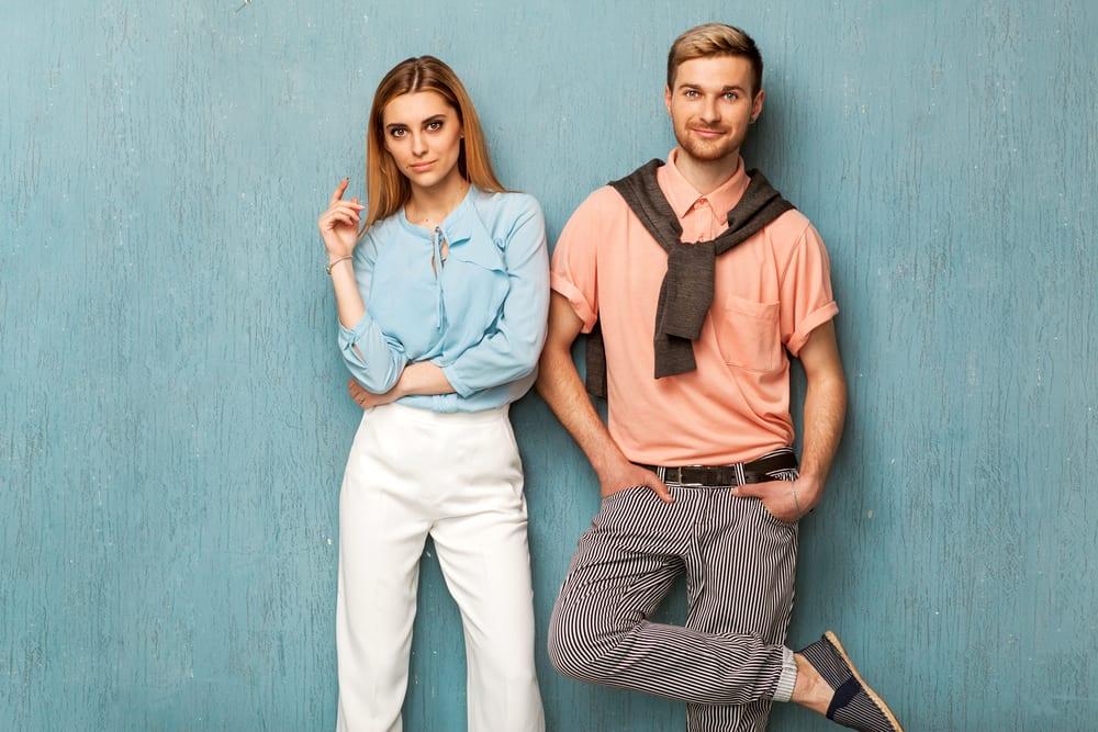 une fille et un gars de la mode en vêtements d'occasion