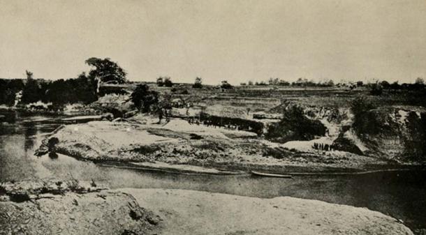 La localité du Pithecanthropus trouve, sur la rivière Solo, près de Trinil, Java. Les deux carrés blancs indiquent l'endroit où le fémur (à gauche) et la calotte crânienne (à droite) ont été découverts. (Domaine public)