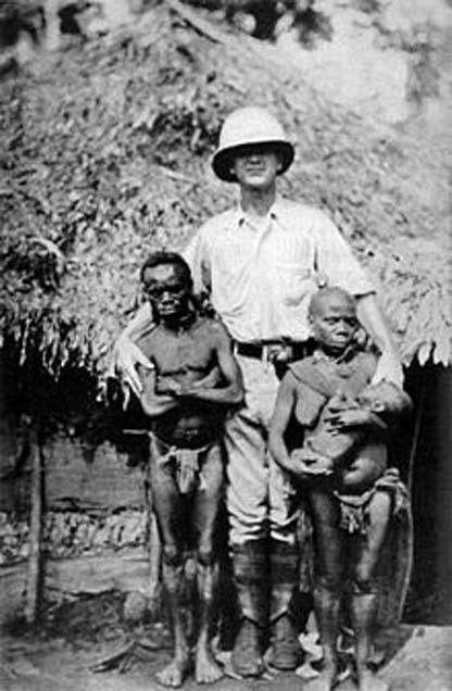 Des Pygmées africains et un explorateur européen. (Domaine public)