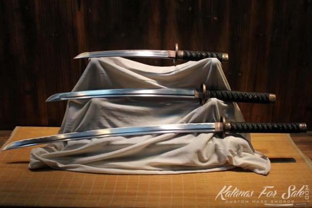 Les samouraïs utilisaient une variété d'épées. Kantana, (en bas) Wakizashi, (au milieu) et Tanto (en haut). (Image : katanasforsale.com)