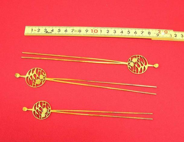 Kanzashi à broche en laiton plaqué or. Période inconnue. (Domaine public)