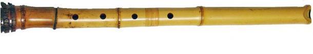Un shakuhachi (尺八), une flûte japonaise en bambou, qui souffle à la verticale. (Domaine public)