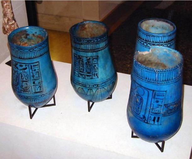 Vases égyptiens portant le nom de Ramsès II.