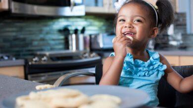 Conseils pour enseigner les manières de se tenir à table aux enfants d'âge préscolaire