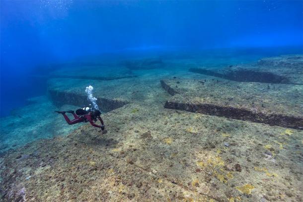 Un plongeur inspecte le site sous-marin de Yonaguni, un site clé du Japon mégalithique. (hoiseung jung/EyeEm / Adobe stock)