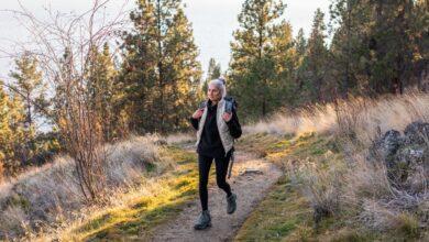 Jusqu'où une personne en bonne santé peut-elle marcher en 8 heures ou en une journée ?
