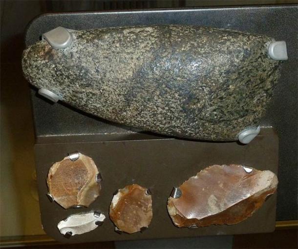 Exemples d'une hache néolithique et d'outils en silex. Co. Down, Irlande. (Notafly/CC BY SA 3.0)