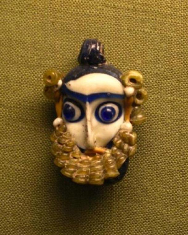 Pendentif phénicien en forme de tête barbue. (IVe-IIIe siècle av. J.-C.)