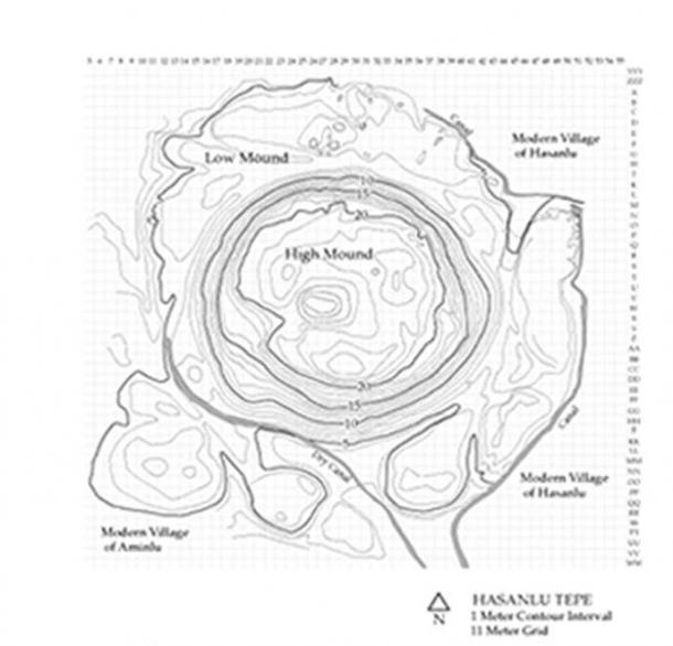Carte croquis du Hasanlu Tepe, situé au sud du lac Urmia dans ce qui est maintenant la province iranienne de l'Azerbaïdjan occidental.