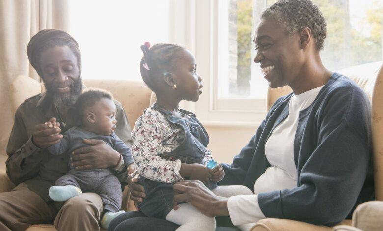 Pourquoi les grands-parents maternels sont souvent plus proches des petits-enfants