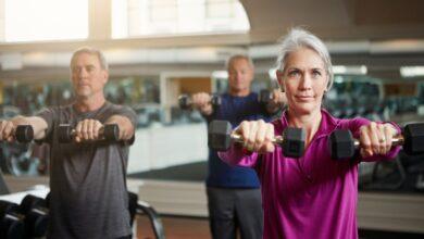 Soulever des poids lentement pour se muscler et brûler des calories