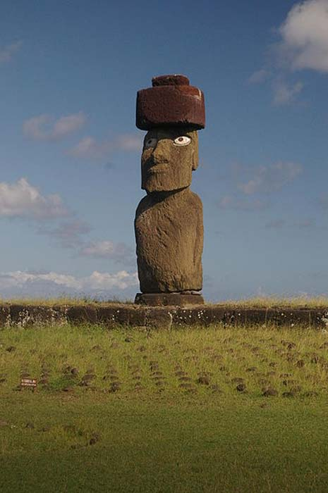 Moai Ko te Riku près de Tahai, avec pukao et