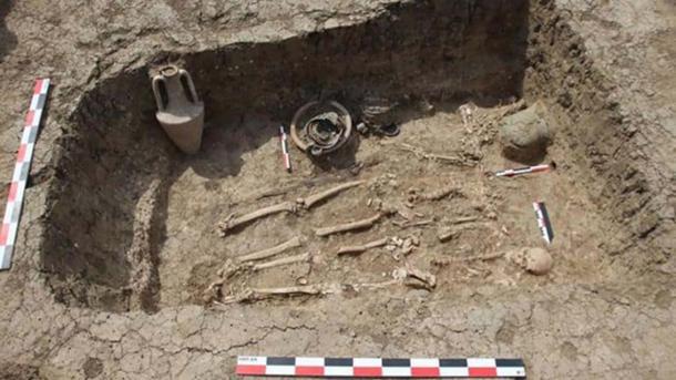 Vue d'ensemble de l'enterrement du soldat grec avec le casque visible à droite de la photo. Image : Institut d'archéologie de l'Académie des sciences de Russie