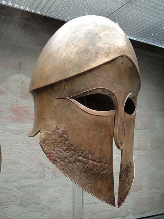 Casque corinthien provenant du tombeau de Denda. Le nom du guerrier (Denda) est gravé sur la pierre tombale de gauche. Provenant d'un atelier grec du sud de l'Italie, 500-490 av. (CC0)