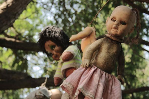 Quelques-unes des poupées de la chinampa de Santana Barrera - l'île des poupées au Mexique. Source de la photo : FlickreviewR / CC BY-SA 2.0.