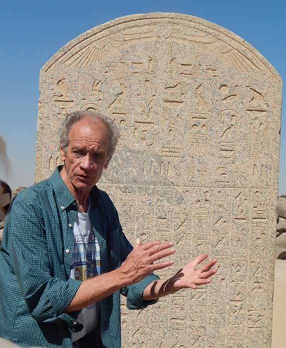 Bob Brier en Égypte. Crédit photo : Sharon Janet Hague