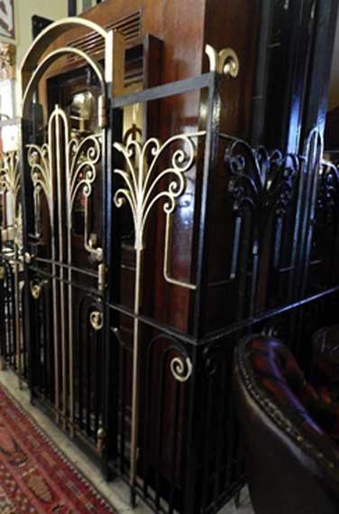 Ascenseur qui se trouve maintenant sur le site de l'Obélisque de New York, Alexandrie, Egypte. Crédit photo : Sharon Janet Hague